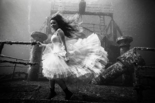Κορίτσι στο ναυάγιο / Girl on the wreck
