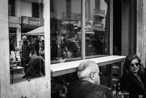 Μέσα και έξω στο καφενείο της γειτονιάς / Inside out at the local caffè